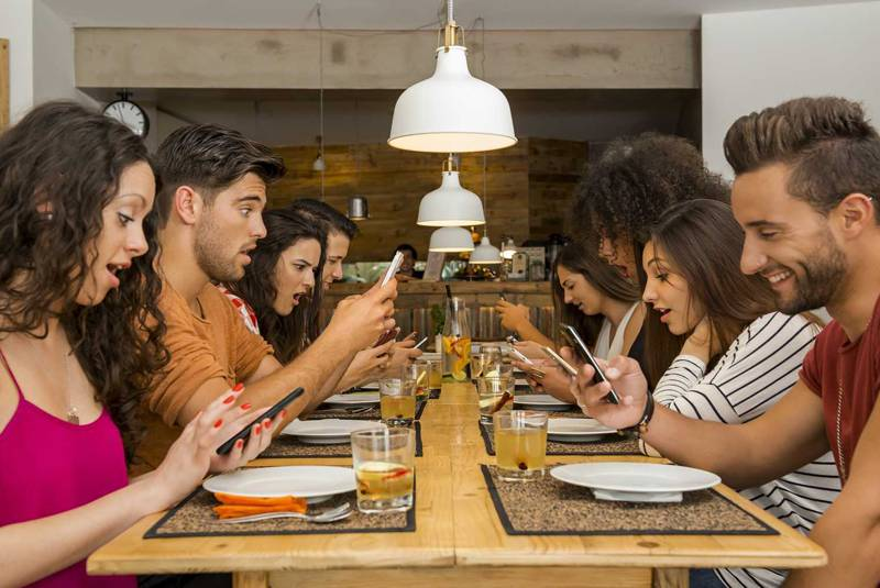 飲食店でサブスクリプションを利用するユーザー